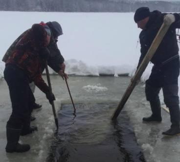 В поселке Белые Берега на озере ГРЭС оборудовали купель