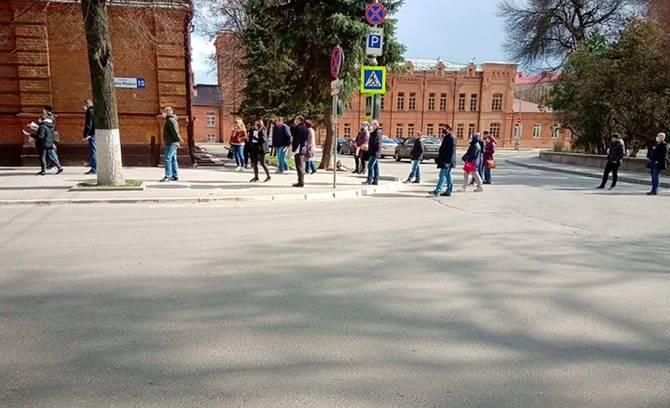 В центре Брянска выстроилась очередь за пропусками для сотрудников