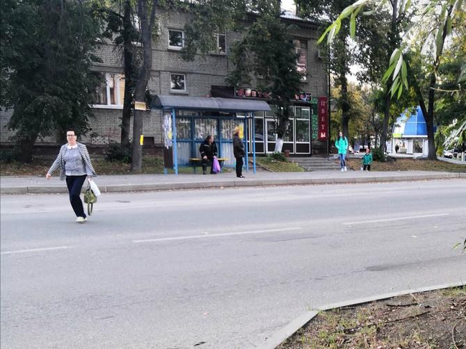 В Брянске на улице Шолохова люди рискуют жизнью на закрытой «зебре»