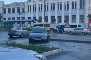 В Брянске иномарка снесла дорожный знак и потеряла колесо