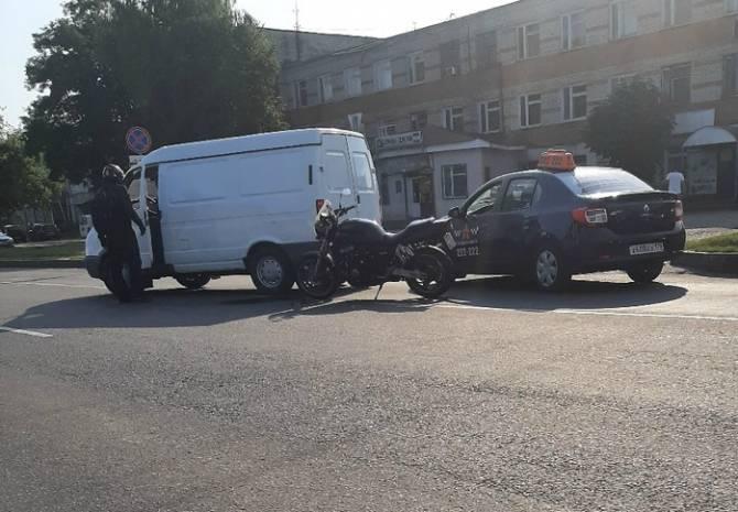 В Брянске заметили дорожную разборку на улице Литейной