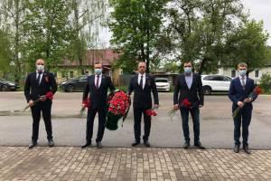 Брянские депутаты от ЛДПР в День Победы возложили цветы к памятному мемориалу