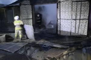 В Жуковском районе горящий гараж с легковушкой тушили два часа