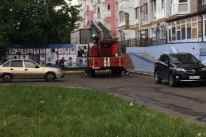 Пожарные прибыли по тревоге к десятиэтажному дому на улице Романа Брянского