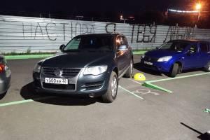 В Брянске на улице Комарова сняли на фото автохама на парковке
