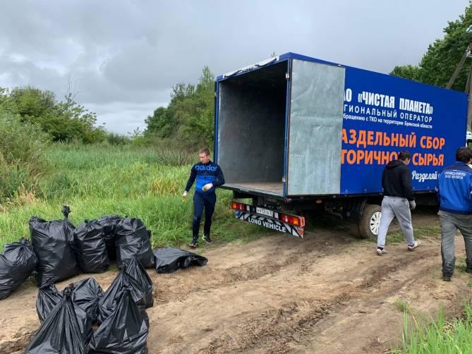 Эко-активисты очистили берег брянского озера от мусора