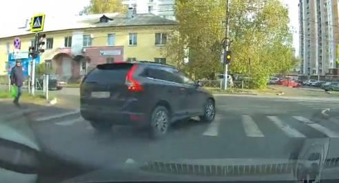 В Брянске внедорожник едва не сбил пешехода на зебре