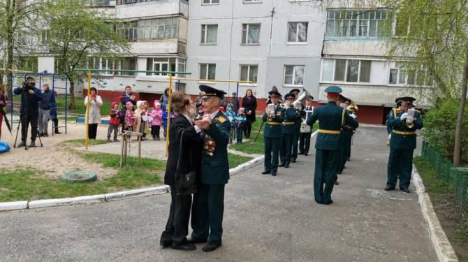 В Брянске устроили мини-парад во дворе дома ветерана