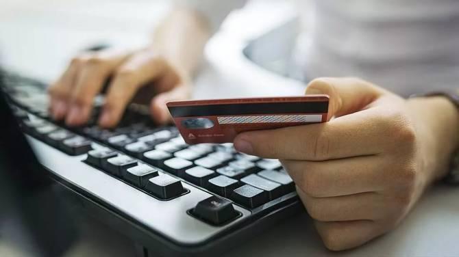 В Брянске женщина покупала в интернете товары с чужой банковской картой