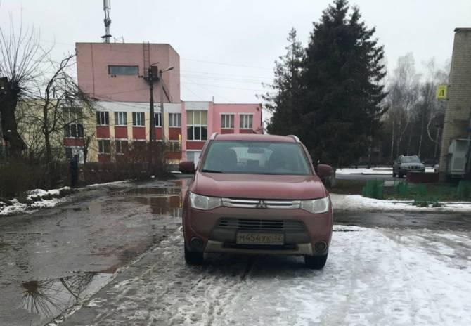 В центре Путёвки наглый автохам перекрыл тротуар