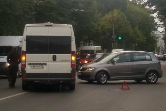 В Брянске столкнулись маршрутка №18 и легковой автомобиль