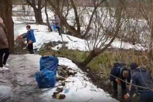 В центре Белых Берегов подростки очистили от мусора ручей