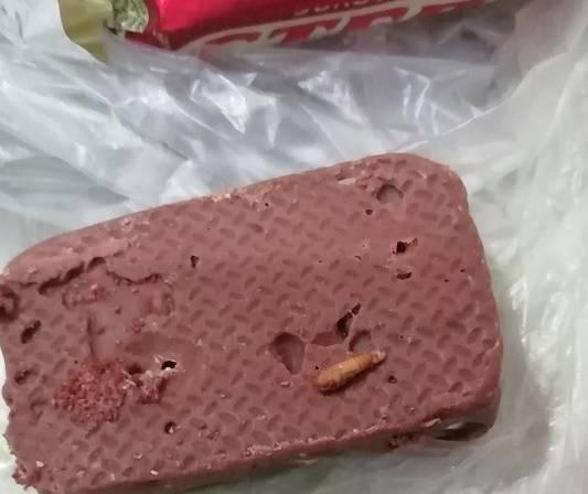 В Карачеве женщина купила конфеты с червяками