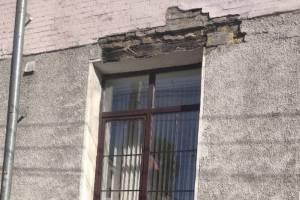В Брянске со здания БГИТУ посыпалась штукатурка