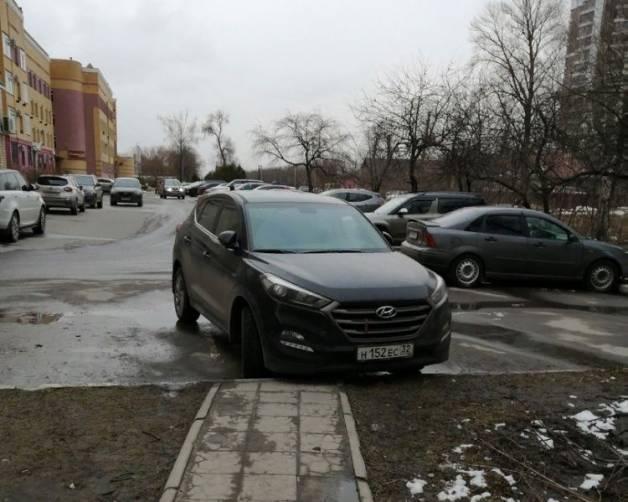 В Брянске автохам перегородил тротуар на улице Дуки