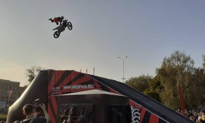 В Брянске на Кургане Бессмертия устроили прыжки на мотоциклах