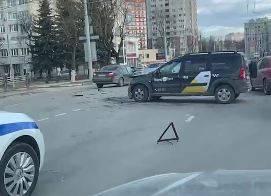 В Брянске под окнами РАНХиГС в аварию попал Largus такси «Яндекс»
