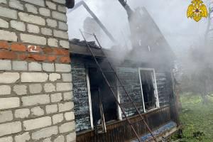 В Почепе час тушили горящий частный дом