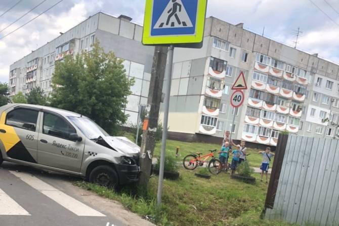 В Брянске водитель «Яндекс.Такси» врезался в столб