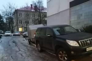 В Брянске на Дуки автохам взгромоздил на тротуар машину с прицепом
