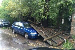 В Клинцах забор рухнул на припаркованную легковушку