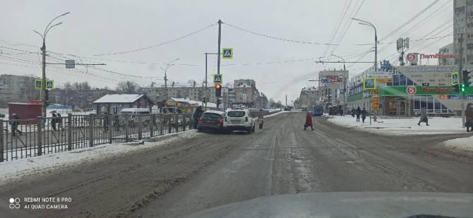 В Брянске напротив «Линии» столкнулись две легковушки
