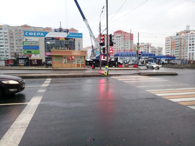 В Брянске ларек на переулке Пилотов переносят с риском для жизни пешеходов