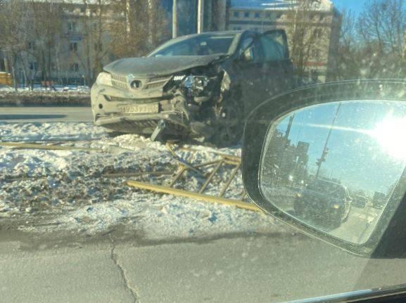 В Брянске на Станке Димитрова автомобиль снес дорожное ограждение