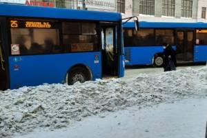 В Брянске пассажиров автобусов вынудили прыгать через большие сугробы