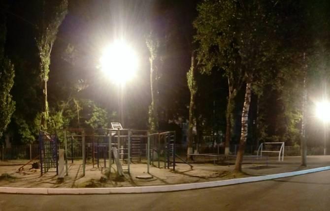 В Брянске территорию у школы №55 вывели из тьмы