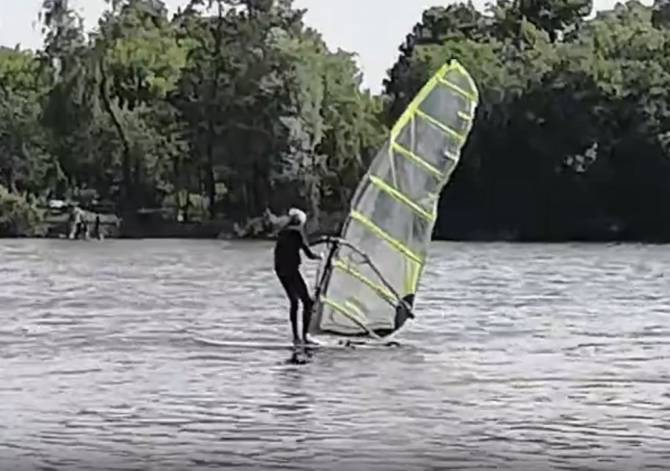 На озере в Клинцах сняли на видео виндсёрфера