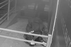 Опубликовано видео дерзкого нападения на магазин в Брянске