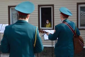 В Брянске росгвардейцы устроили концерт для девушки-инвалида
