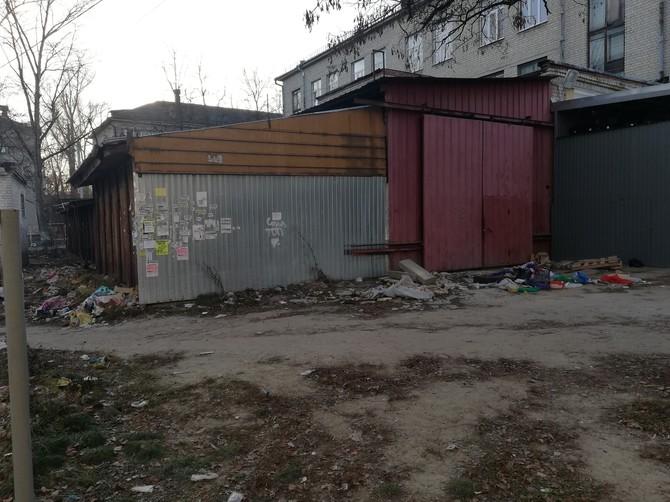 Жители Бежицы пожаловались на кучу мусора и вонь рядом с «Пятёрочкой»