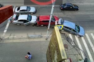 В Брянске на улице Калинина собрался «паровозик» из трех авто