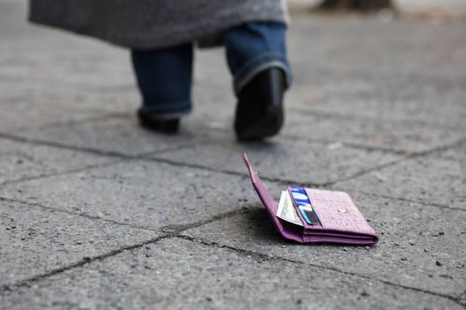 Бомж нашел кошелек с деньгами и раздал их прохожим