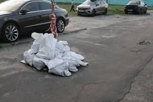 В Брянске опасный провал по переулку Уральскому огородили мешками