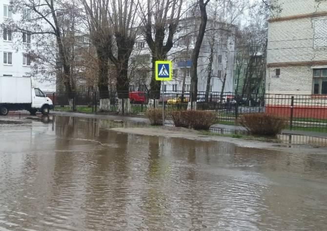 В Брянске громадная лужа возле школы №17 попала в Google карты