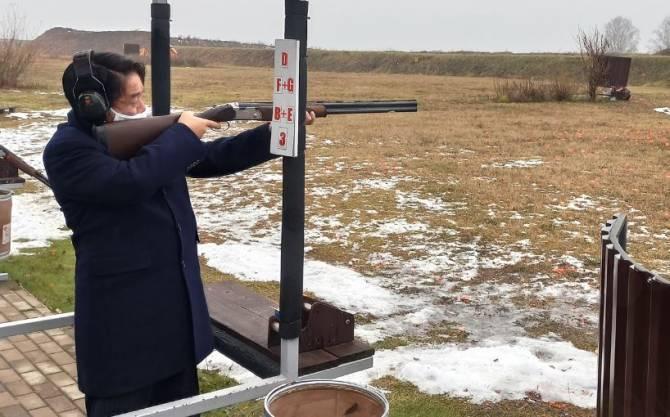 В Брянске послу Японии дали пострелять из ружья