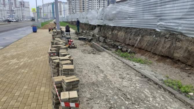 В Брянске нашли оправдание развалу тротуара на улице Горбатова
