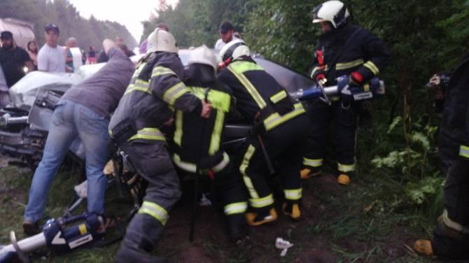 На трассе Брянск-Дятьково в страшное ДТП попали две легковушки: есть пострадавшие