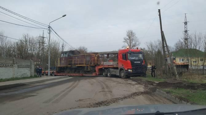В Брянске застрявший тягач с тепловозом заблокировал перекресток