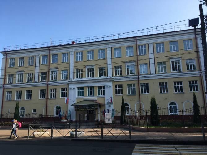 В Брянске из окна четвертого этажа школы №4 выпал девятиклассник
