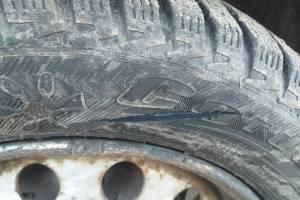 В брянском поселке Суземка порезали колеса у припаркованных машин