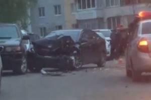 Аварию во дворе многоэтажки на Романа Брянского сняли на видео