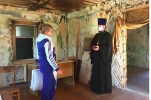 В Карачеве священник помог хозяйке сгоревшего дома