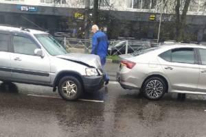 В Брянске возле ТРЦ «Мельница» столкнулись две легковушки