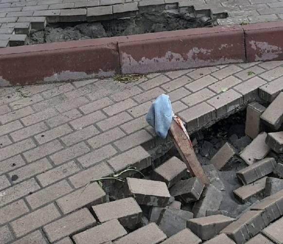 На набережной в Брянске после ливня обвалилась плитка