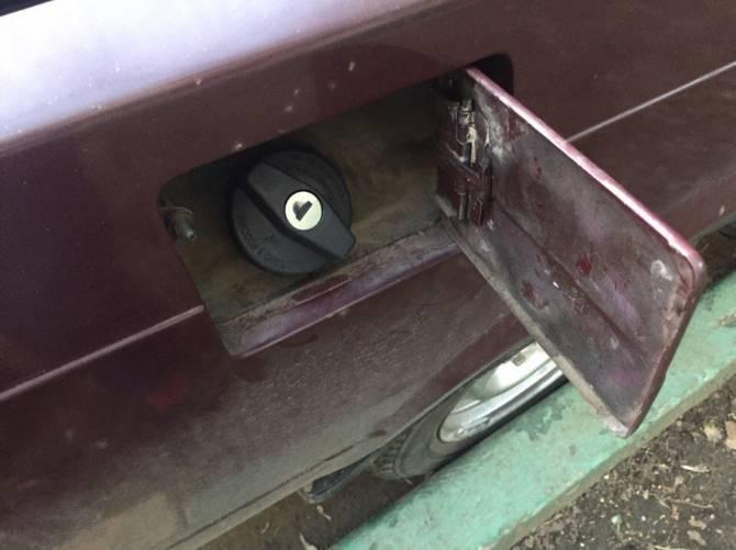 В Брянске в микрорайоне Речной из машины автоледи слили весь бензин