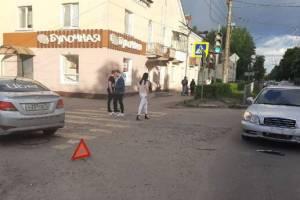 В Брянске такси Uber столкнулось с легковушкой на улице Пушкина